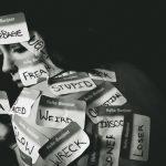 Etiquetas negativas y etiquetas positivas