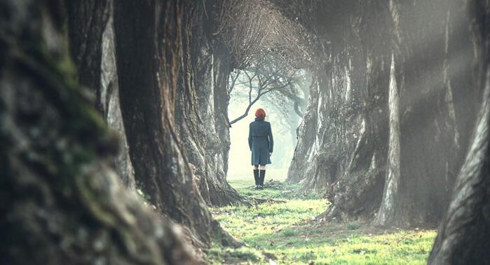 chica sola en bosque
