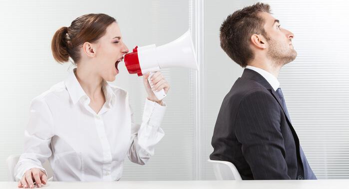 mujer gritando a hombre por altavoz
