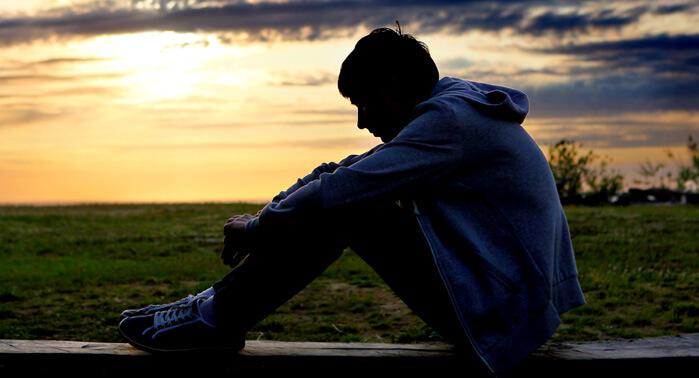 chico solo triste