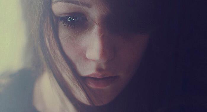 chica-triste-pensativa